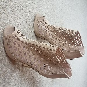 Size 6 Monica heart decor shoes by Shoe Dazzle